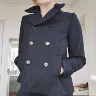 Superfin dubbelknäppt jacka från H&M i superfint skick. Kommer självklart håras av och tvättas innan den skickas. Köparen står för frakten 🌠