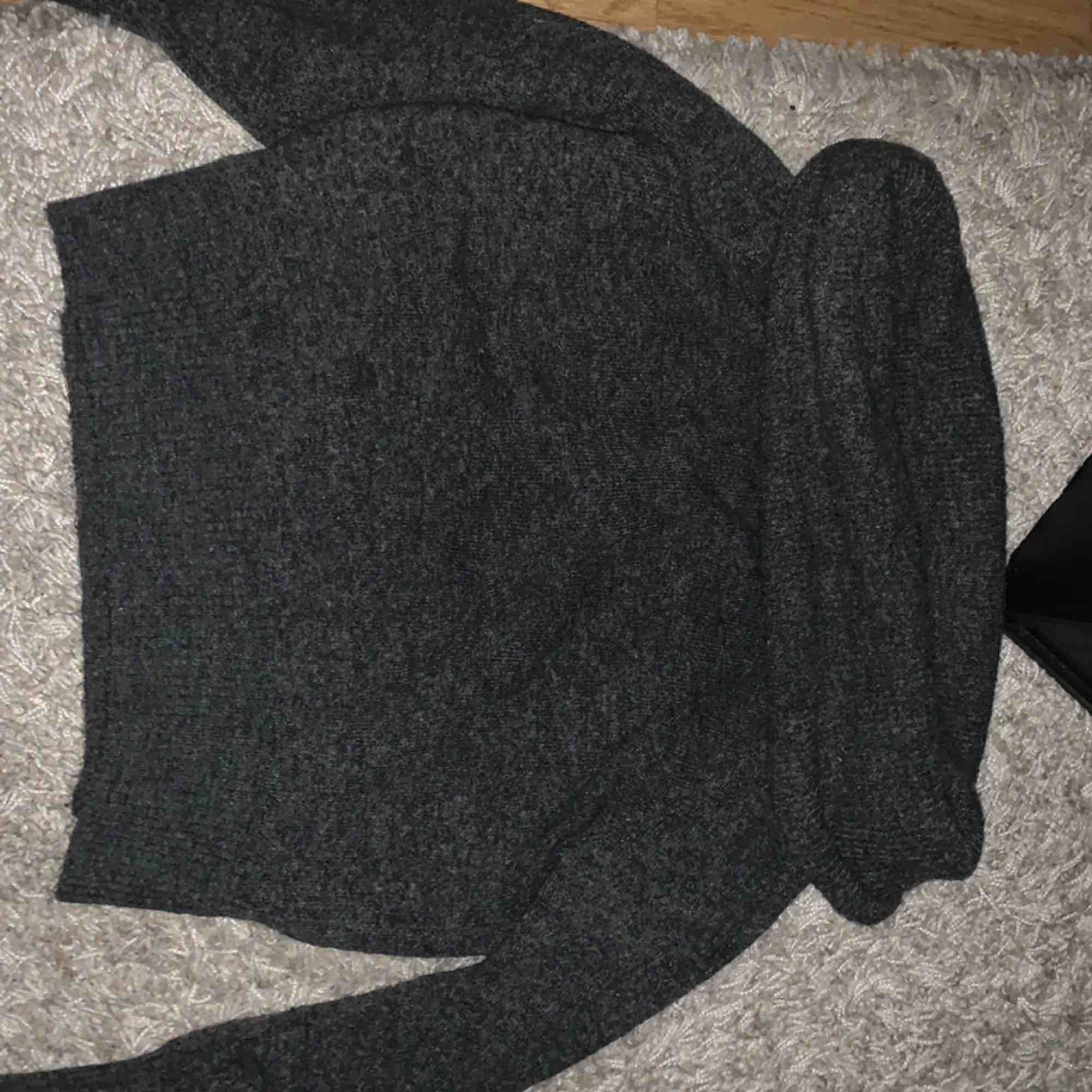 Off shoulder stickad från H&M Storlek xs  Frakt tillkommer . Toppar.