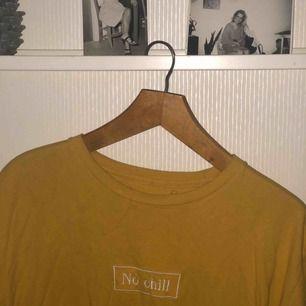"""Skitcool oversized t-shirt köpt i USA för ngt år sedan, används knappt och förtjänar att användas mer. Det står """" no chill """"   Jag är 170 så är du kortare går det absolut att ha som klänning"""