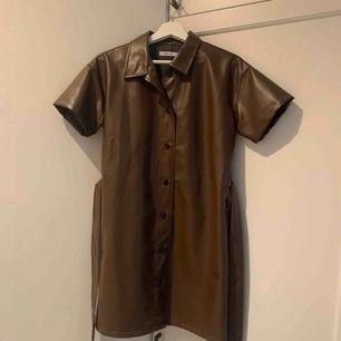 PU klänning från NA-KD. Storlek S.