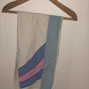 """Coola vintage byxor! Tunnt lite mer prassligt material men Inget """"regnbyxetyg"""" Jätte fina färgkomb.  Svårt att begränsa storlek då de är resår vilket gör att alla i storlek 36 - 40 kan ha dem bara att em sitter lite olika såklart 💛"""