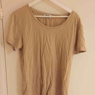 Snygg t-shirt från Acne. Size: M  ~~ 📍Varje plagg tvättas innan utskick.