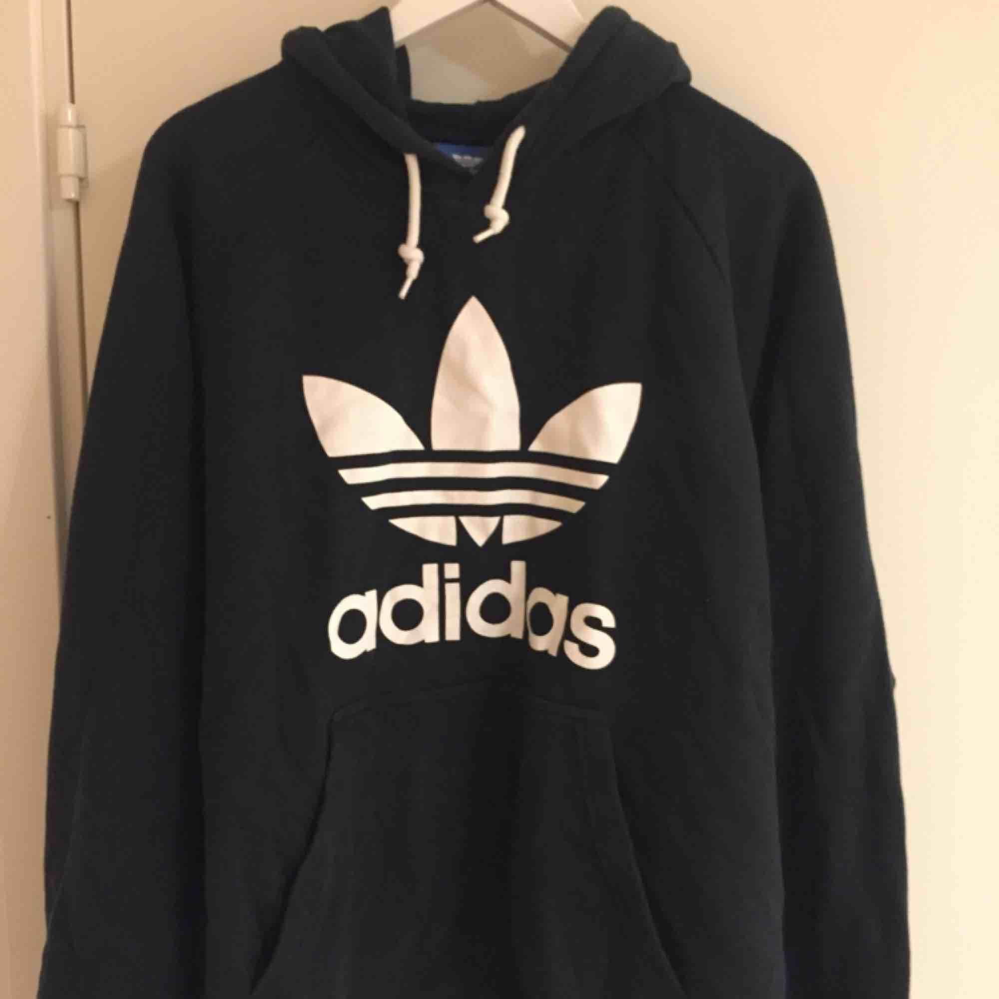 Hoodie i gott skick från Adidas Originals. Size: XL  ~~ 📍Varje plagg tvättas innan utskick.. Huvtröjor & Träningströjor.
