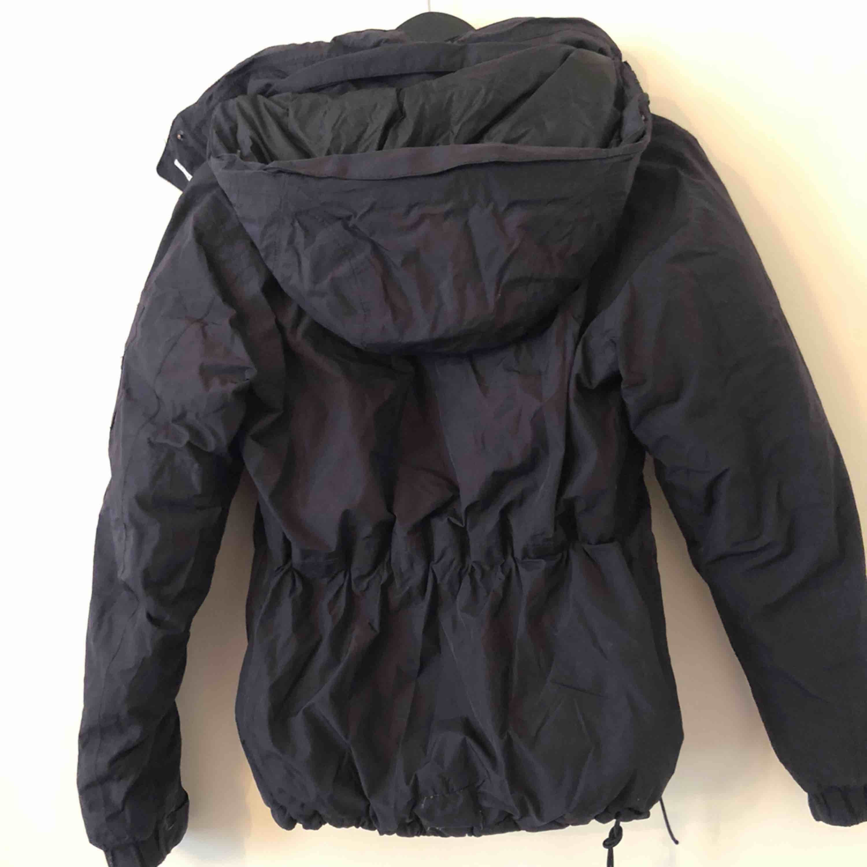 Everest winter Jacket. In Black with Hood. Excellent condition. Size 34 . Jackor.