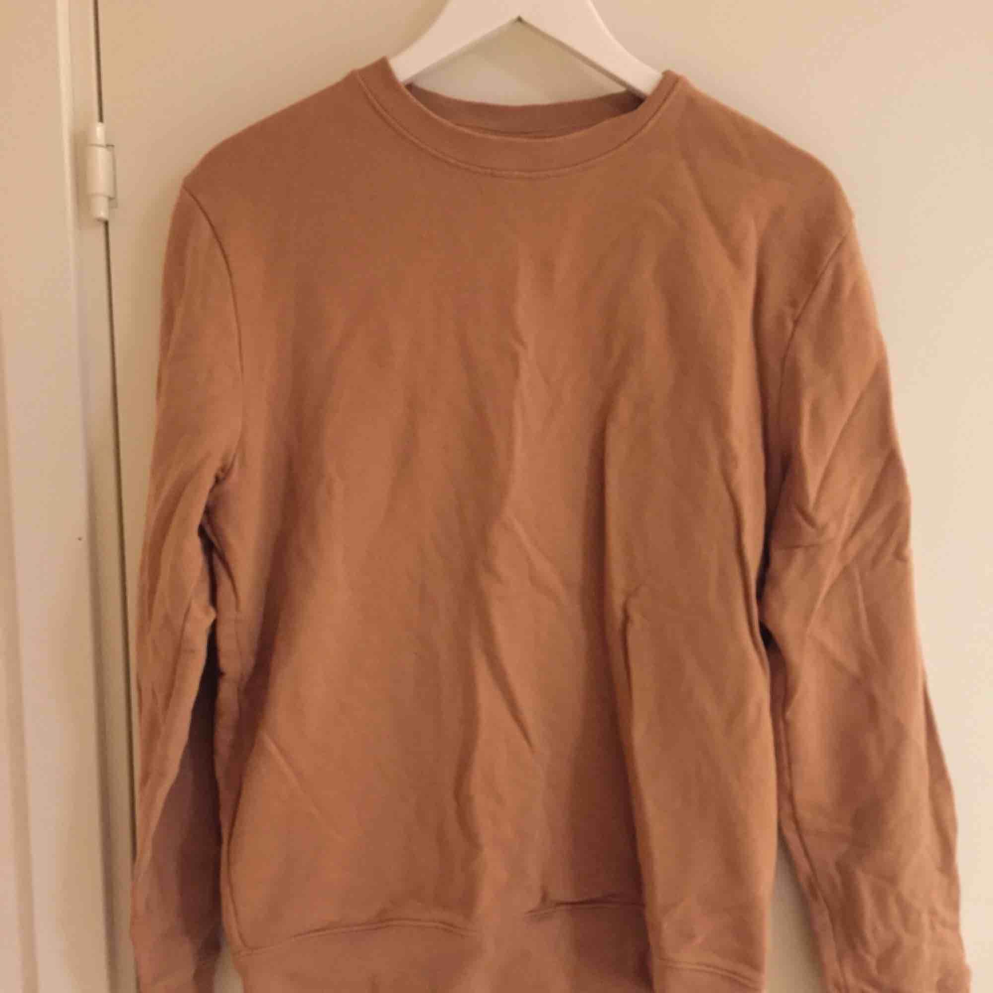Collegetröja i gott skick från H&M.  Size: M  ~~ 📍Varje plagg tvättas innan utskick.. Tröjor & Koftor.