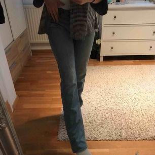 Snygga Ljusblåa jeans från Tiger of Sweden, knappt använda så snygga me lite lätt bootcut