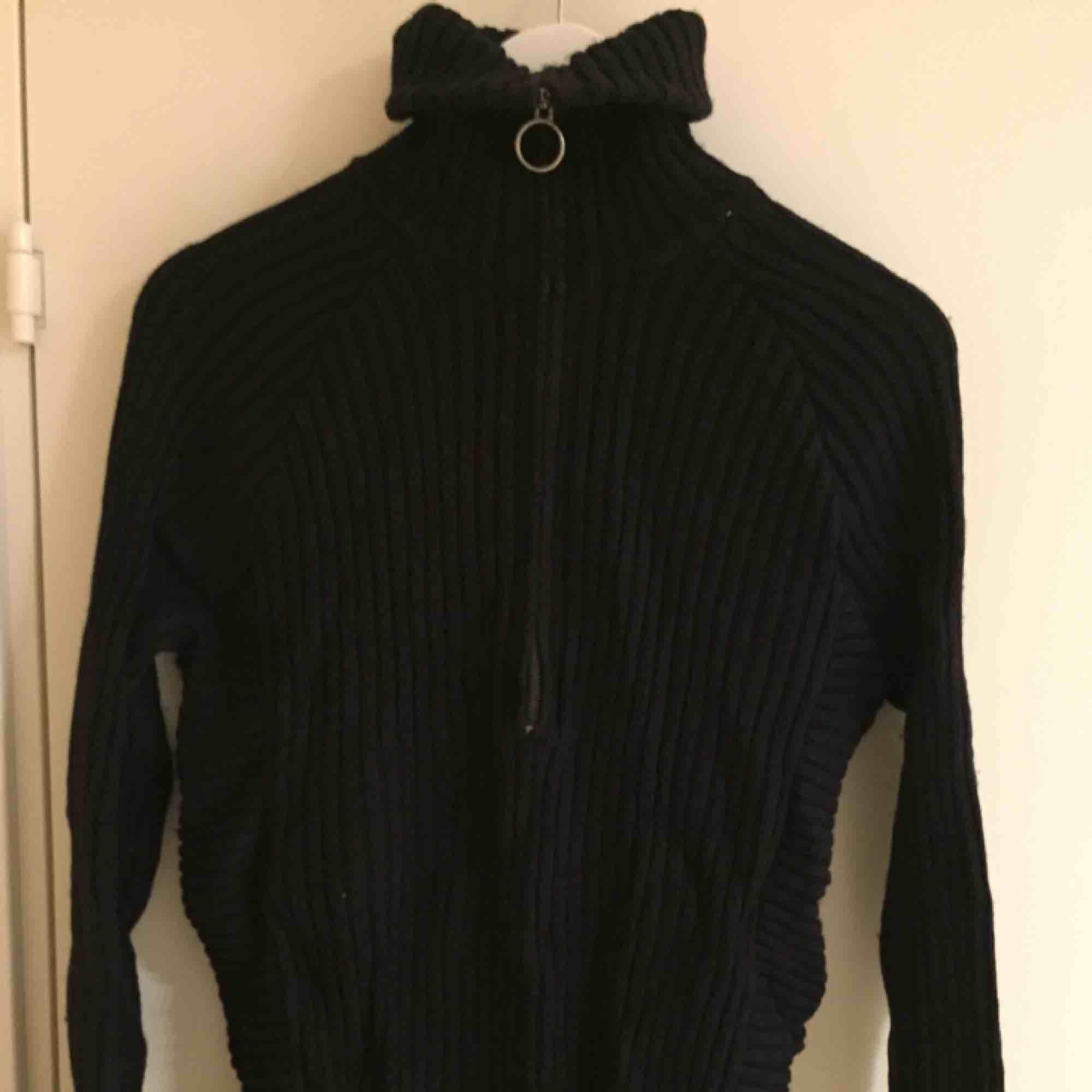Fin tröja från Weekday med hög zip-krage i ok skick. Size: M  ~~ 📍Varje plagg tvättas innan utskick.. Stickat.