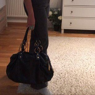 Mörkblå väska med Guldiga detaljer, så snygg