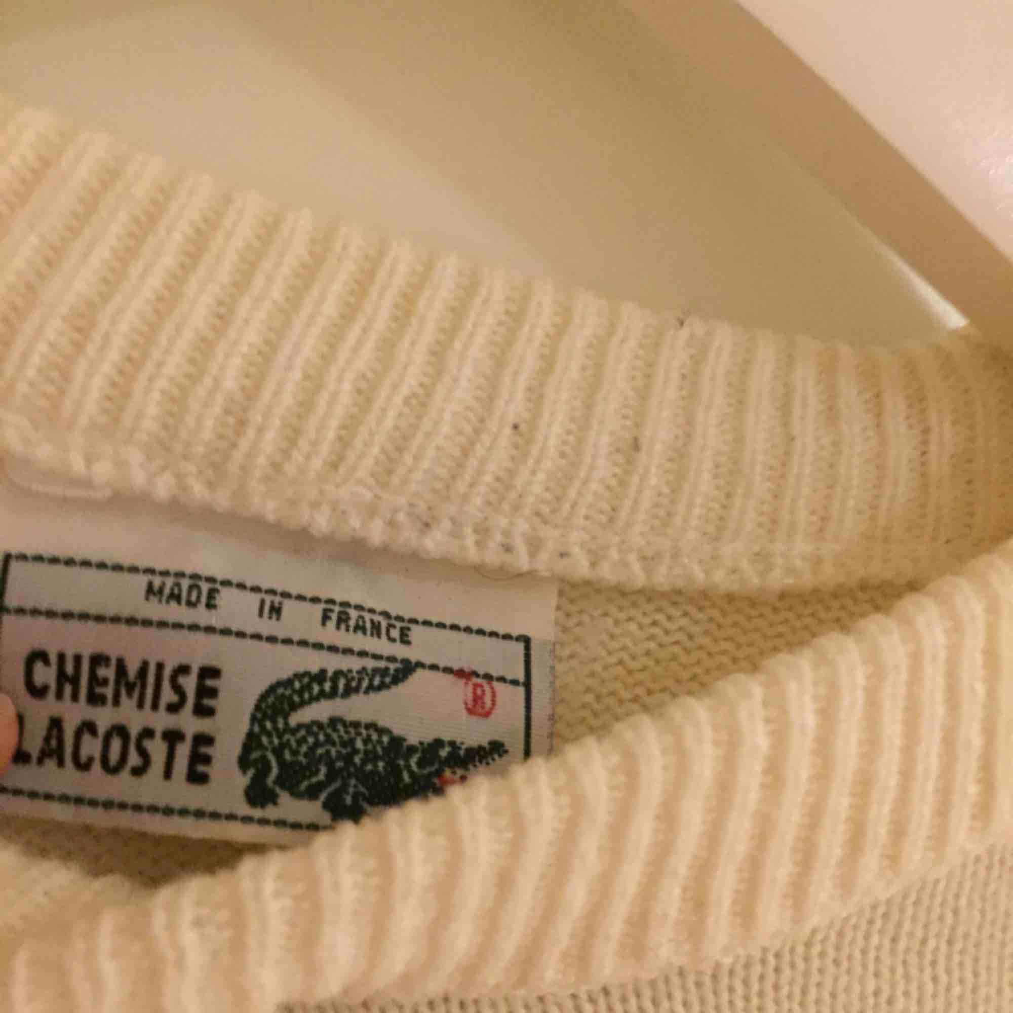 Fin vintagetröja från Lacoste i gott skick. Size: Saknas men uppskattar till M  ~~ 📍Varje plagg tvättas innan utskick.. Stickat.