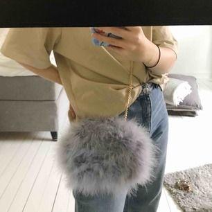 Helt ny väska från miss guided, säljs då den inte kommit till användning. Relativt rymlig, både en iPhone plus o en mindre plånbok får plats utan problem!!
