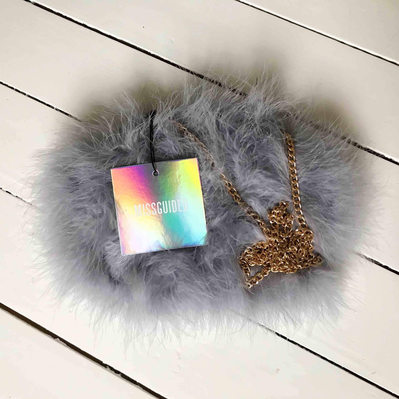 Helt ny väska från missguided, säljs då den inte kommit till användning. Relativt rymlig, både en iPhone plus o en mindre plånbok får plats utan problem!!. Väskor.