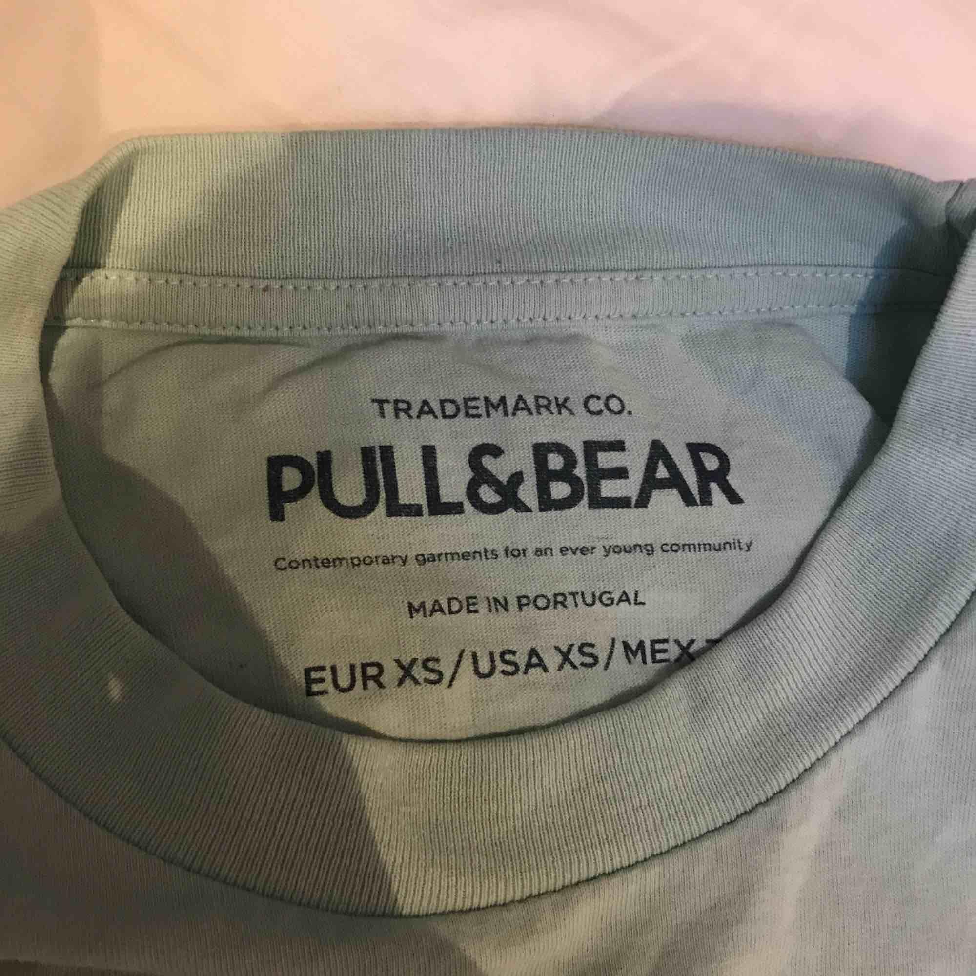 Snygg t-shirt från Pull & bear som jag nästan aldrig använt från herravdelning så den är ju lite större i storleken.  Kan mötas i Stockholm eller längs röda linjen eller runt täby Centrum. T-shirts.