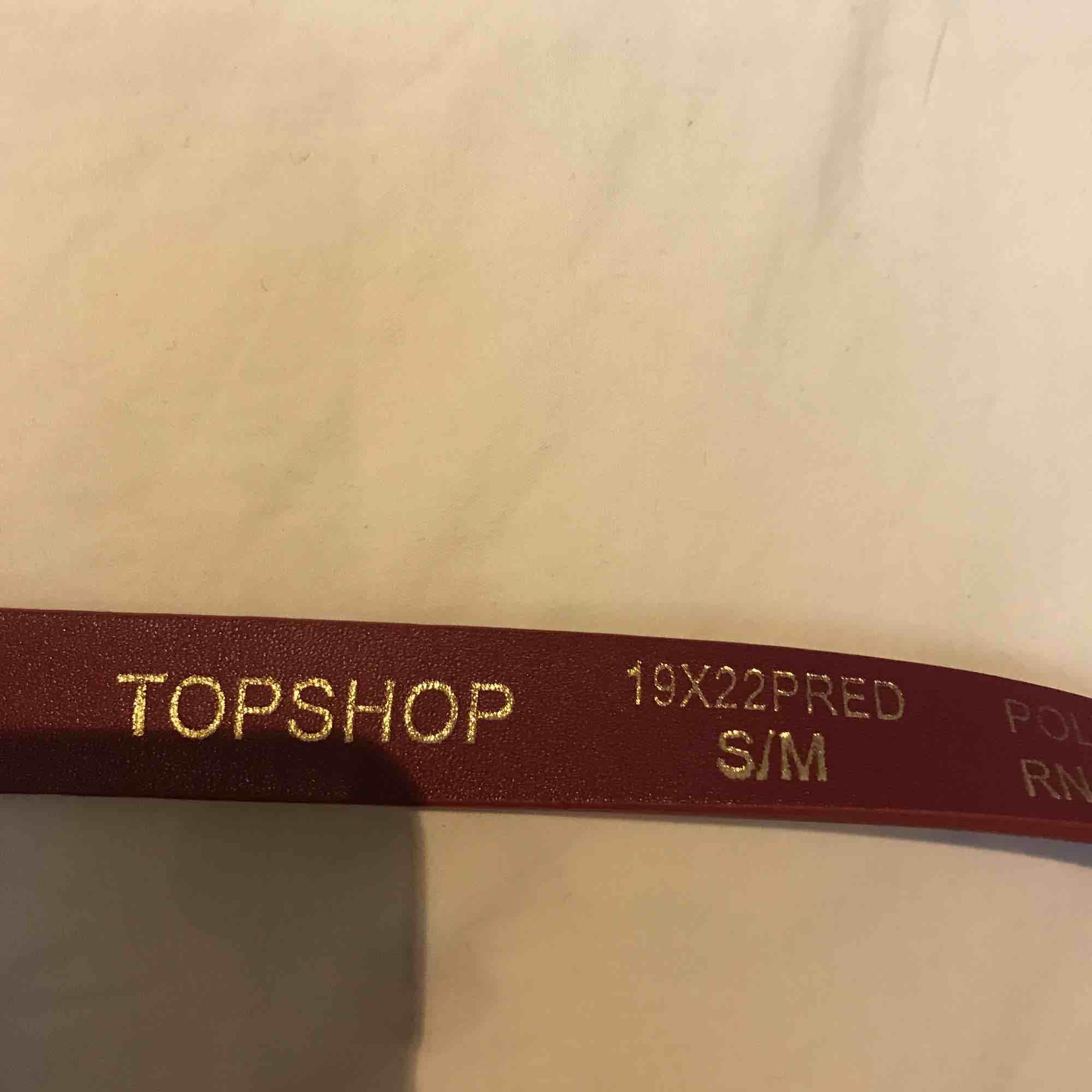 Ett jättefint rött skärp med guldspänne som jag köpte på Topshop i London i storlek S/M Möts gärna i Stockholm vid röda linjen eller vid Täby centrum. Accessoarer.