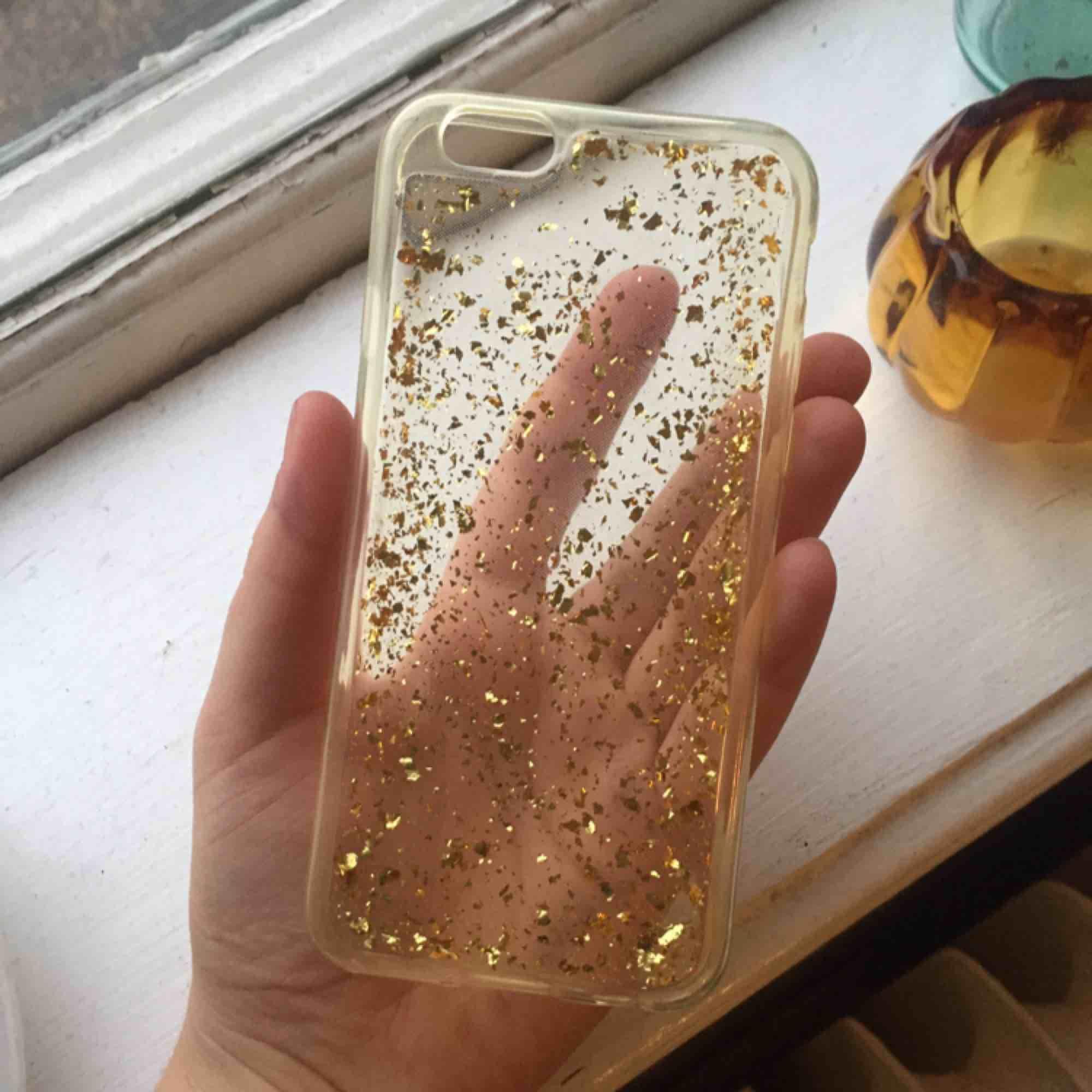 Iphone 6 skal med guldglitter! Inte använt. Frakt 9 kr. Accessoarer.