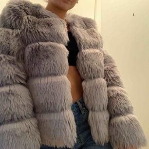 Pris inkl frakt. Pälsjacka är inte i äkta päls. Köpt på DM och har använts sparsamt. Den är i mycket bra skick.