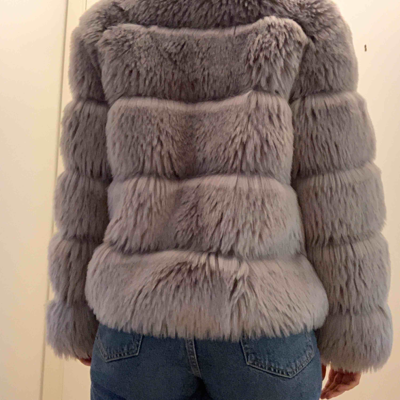 Pälsjacka är inte i äkta päls. Köpt på DM och har använts sparsamt. Den är i mycket bra skick. Köpt för 1200kr. Jackor.