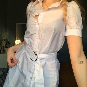 Knä lång klänning med tillhörande skärp ifrån Na-kd, lite genomskinlig med perfekt för layering med en polo under nu till vintern!🐢
