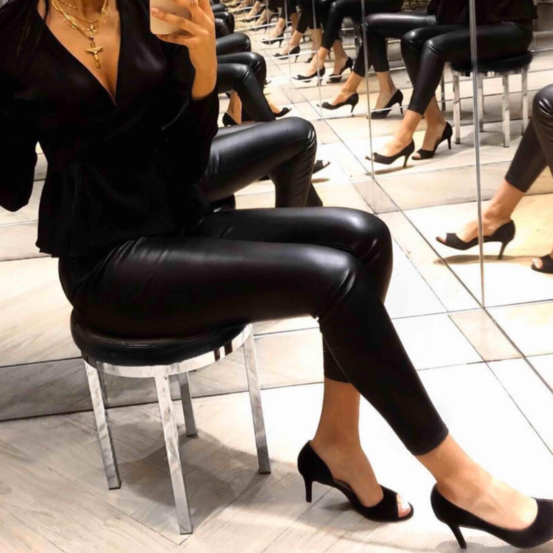 """Säljer mina """"läder"""" byxor i storlek S, finns ett litet hål vid sidan.. Jeans & Byxor."""