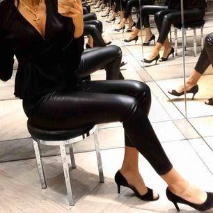 """Säljer mina """"läder"""" byxor i storlek S, finns ett litet hål vid sidan."""