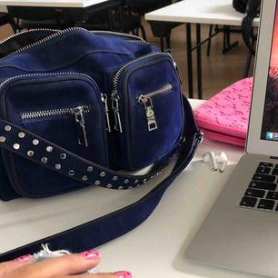 INTRESSEKOLL!! Vill bara kolla om någon är intresserad av en klarblå noella väska, långt band medkommer. Den är lite smutsig av att jag tappade den på marken, kan skicka bild om någon vill.  Mitt bud är 400kr men högsta bud får köpa!🦋💞🥰