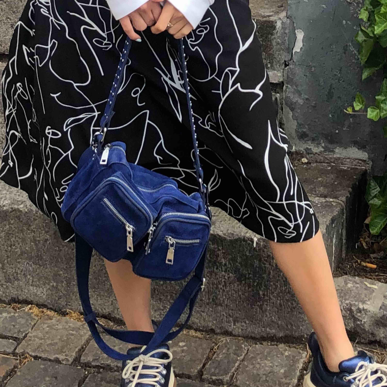 INTRESSEKOLL!! Vill bara kolla om någon är intresserad av en klarblå noella väska, långt band medkommer. Den är lite smutsig av att jag tappade den på marken, kan skicka bild om någon vill.  Mitt bud är 400kr men högsta bud får köpa!🦋💞🥰. Väskor.