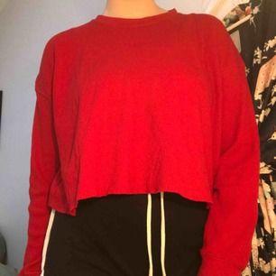 Snygg röd tröja i våfflat material från Pull and Bear, lite använd men inget som syns.  Möts helst upp i Stockholm vid röda linjen eller vid Täby Centrum. Annars får köparen stå för frakten.
