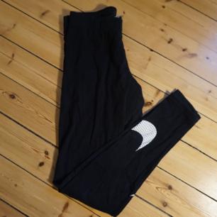 Riktigt mjuka och sköna Nike leggins. Smidiga att träna i eller bara chilla hemma med. Fint skick då dem knappt är använda.