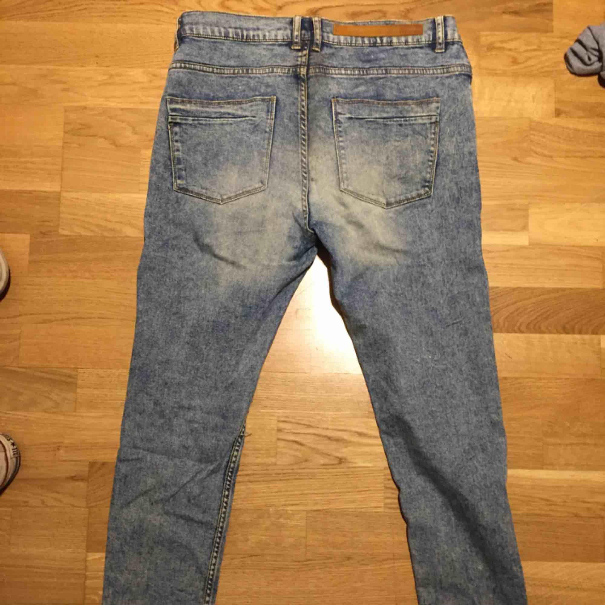 Stentvättade jeans från Zara i gott skick. Size: S/M  ~~  📍 Varje plagg tvättas innan utskick.. Jeans & Byxor.