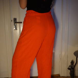 Härligt röd/orangea byxor! Mycket tunna och skönt somrigt tyg med ett snyggt skärp i samma tyg!