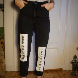 Härliga jeans i hög midja. Knappt använda då dem är lite större än jag trodde, men sköna i materialet! Funkar vinter som sommar.