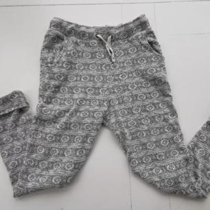 Sååå fina stickade byxor från Sparkle & Fade, köpta på Urban Outfitters. Smala ben + fickor + knyt i midjan. Använda vid nån enstaka myskväll. Dom är i perfekt skick. 89% bomull, resterande polyester. Sticks inte utan är mjuka och sköna. Köparen står för frakten 🌠