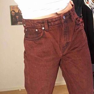 """Mörkröda/svart jeans från Weekday i modellen """"Voyage"""" i storlek 30/30. Använda en fåtal gånger och är därför i riktigt bra skick! Säljer pga de inte har kommit till användning."""
