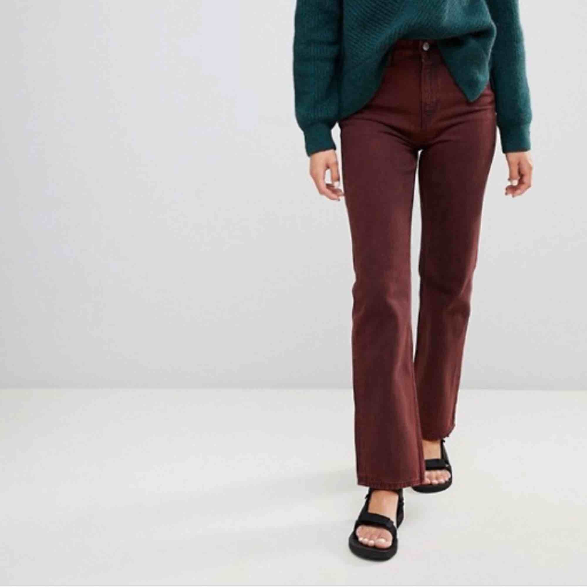 """Mörkröda/svart jeans från Weekday i modellen """"Voyage"""" i storlek 30/30. Använda en fåtal gånger och är därför i riktigt bra skick! Säljer pga de inte har kommit till användning. . Jeans & Byxor."""