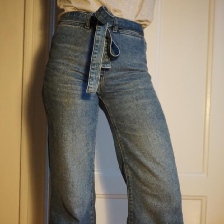Riktigt snygga jeans med hög midja och 70-tals feeling. Slutar vid vristerna och är härligt vida nertill. Skärp i jeanstyg som man kan ta bort om man vill. . Jeans & Byxor.