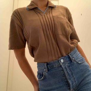 Pris inkl frakt. Vintage tröja så märket är okänt, finns en ficka på bröstet. Jag har den instoppat i byxorna men annars är den rätt lång.