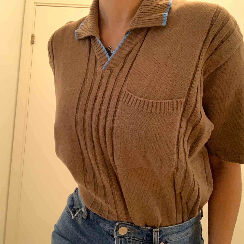 Pris inkl frakt. Vintage tröja så märket är okänt, finns en ficka på bröstet. Jag har den instoppat i byxorna men annars är den rätt lång.. Tröjor & Koftor.