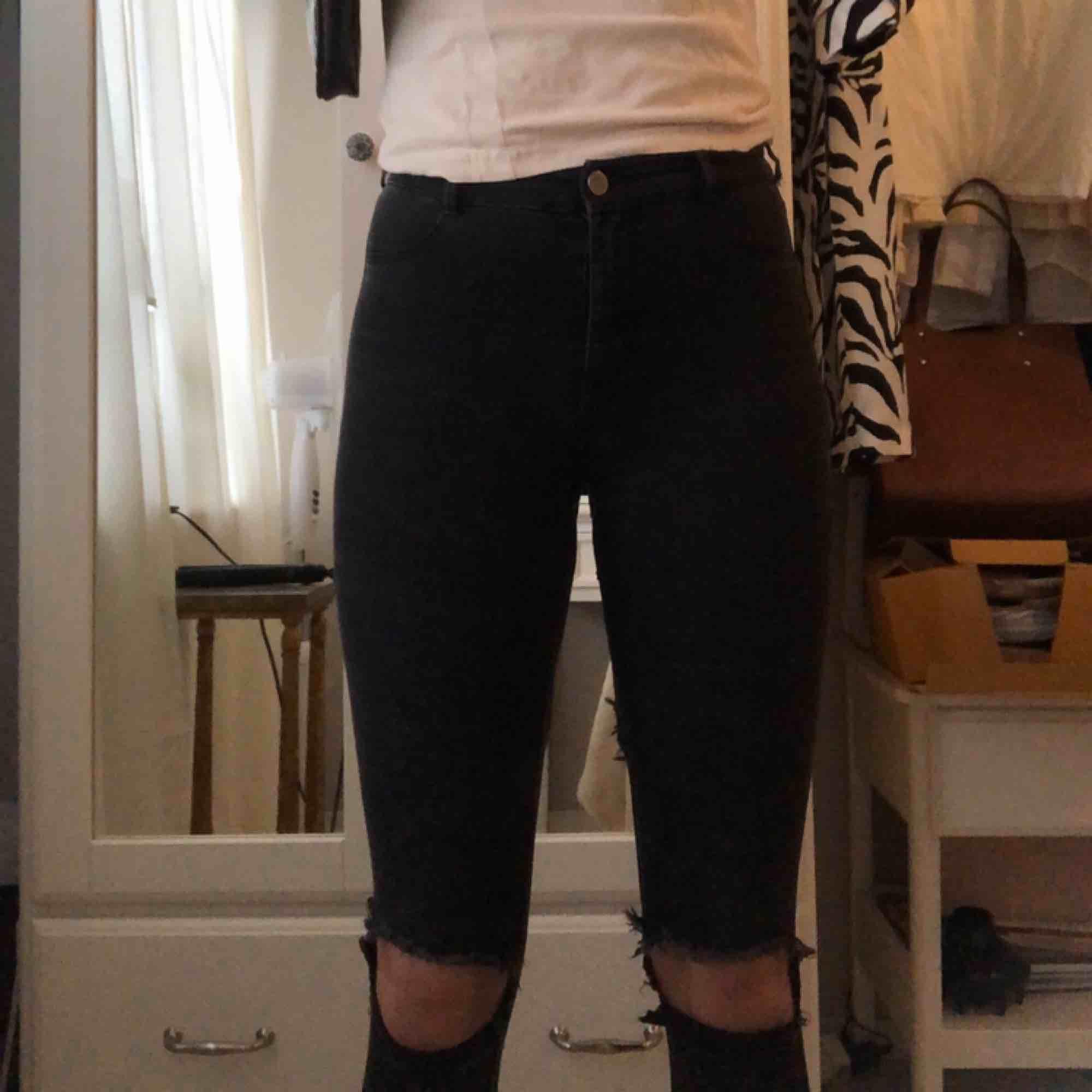 Stretchiga jeans från Zara. Färgen är urtvättad svart. En av hällorna har gått sönder men det ska nog gå att sy. Byxorna passar S. Jeans & Byxor.