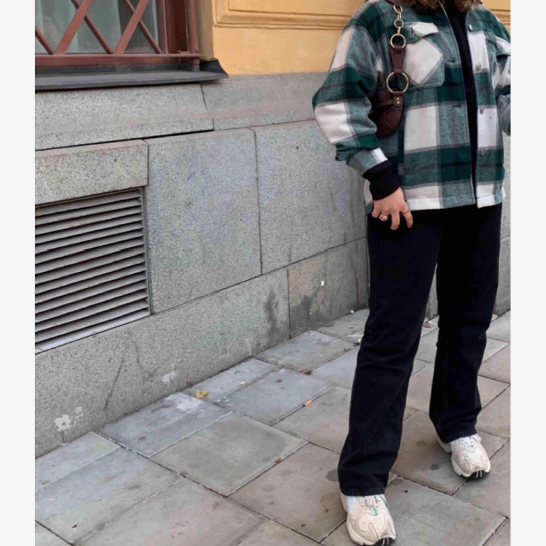 Säljer min superfina jacka ifrån Zara. Nypris 549kr Använd ca 5 gånger. Säljer pga av för mycket jackor. Kan mötas upp i Stockholm, annars tillkommer frakt💗. Jackor.
