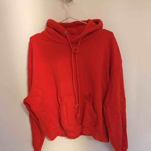 Röd oversize hoodie från weekday