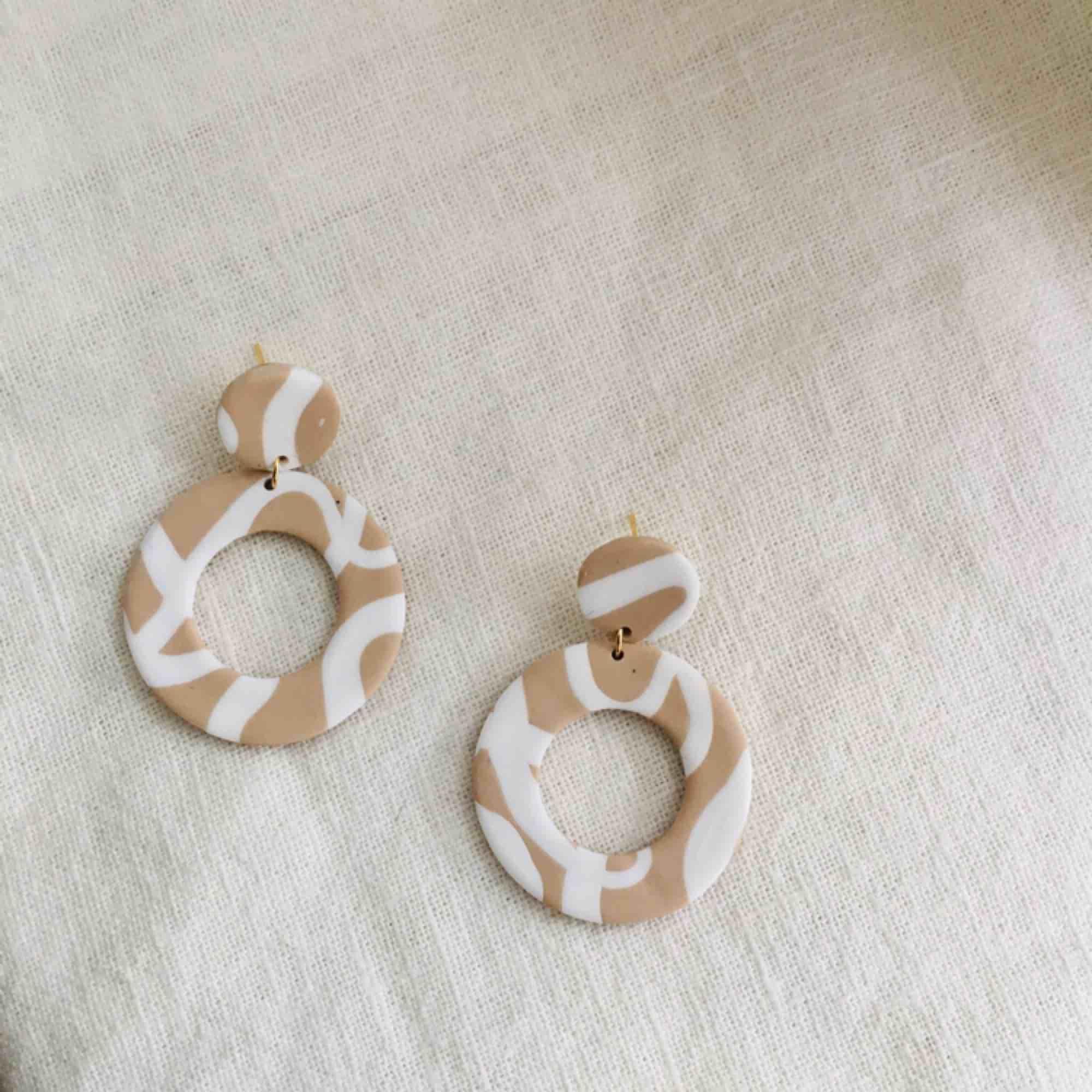 Handgjorda örhängen, går att få både med guldiga och silvriga detaljer. •nickelfria •frakt 9kr •insta💚dorisclaydesign. Accessoarer.