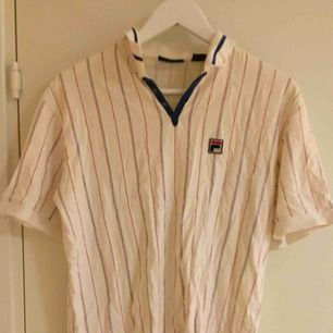 Ganska sliten vintage piké-tröja från FILA. Size: S  ~~ 📍 Varje plagg tvättas innan utskick.