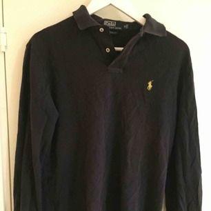 Vintage Polo Ralph Lauren-piké i gott skick. Size: M  ~~ 📍 Varje plagg tvättas innan utskick.