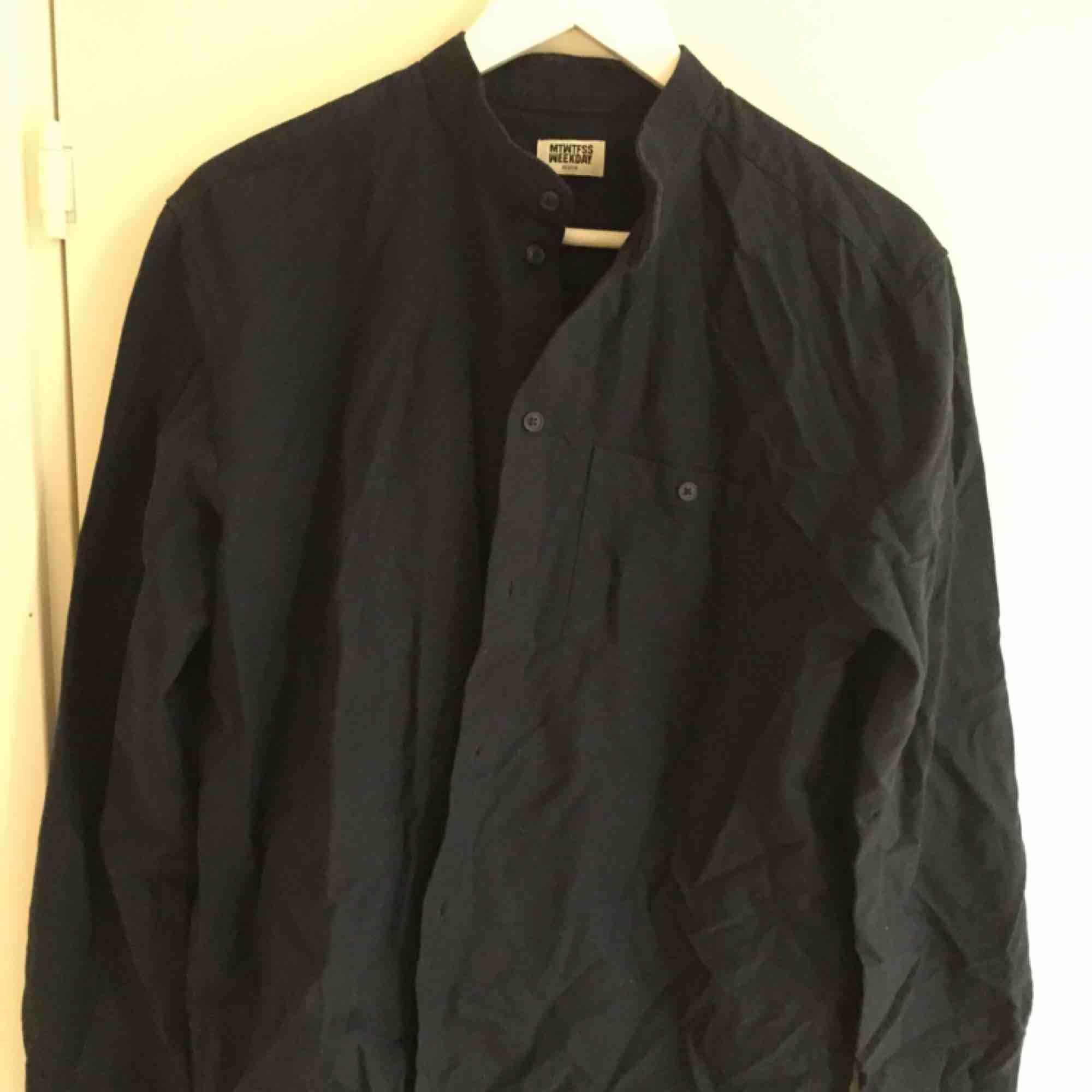 Fin murarskjorta från Weekday. Aldrig använd.  Size: M  ~~ 📍 Varje plagg tvättas innan utskick.. Skjortor.