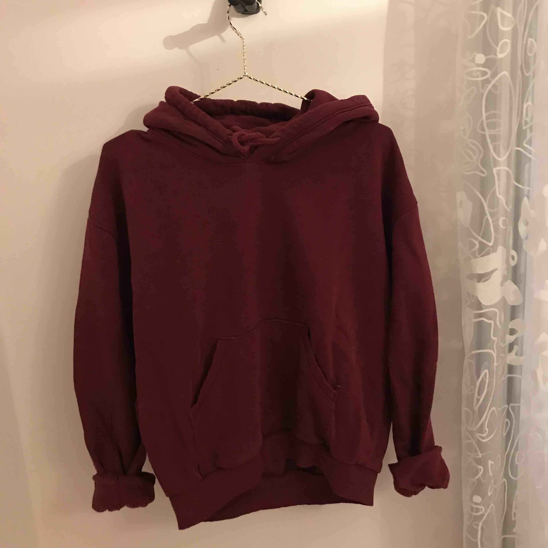 Oversize hoodie från Weekday . Tröjor & Koftor.