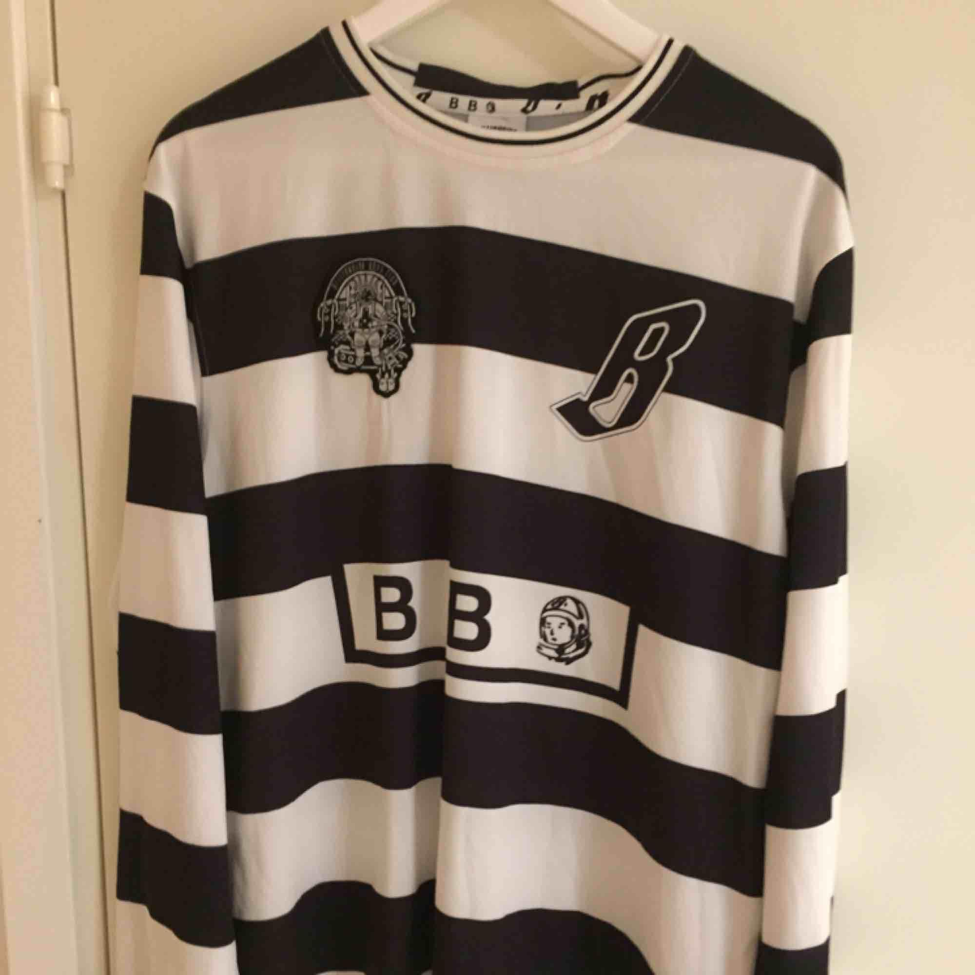 Detaljrik tröja från Billionare Boys Club. Köpt för ~1600 sek. Aldrig använd. Size: L  ~~ 📍Varje plagg tvättas innan utskick.. Tröjor & Koftor.