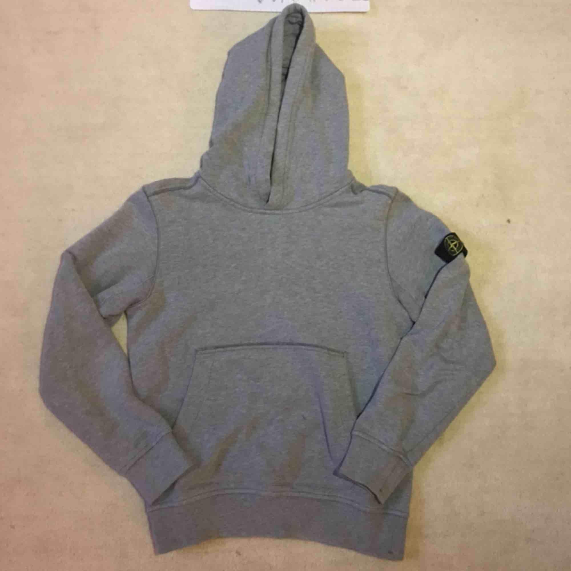 Stone Island Junior hoodie, grå. Cond: 7/10, liten fläck som ska bli åtgärdad. Storlek: 142 men passar större. Huvtröjor & Träningströjor.