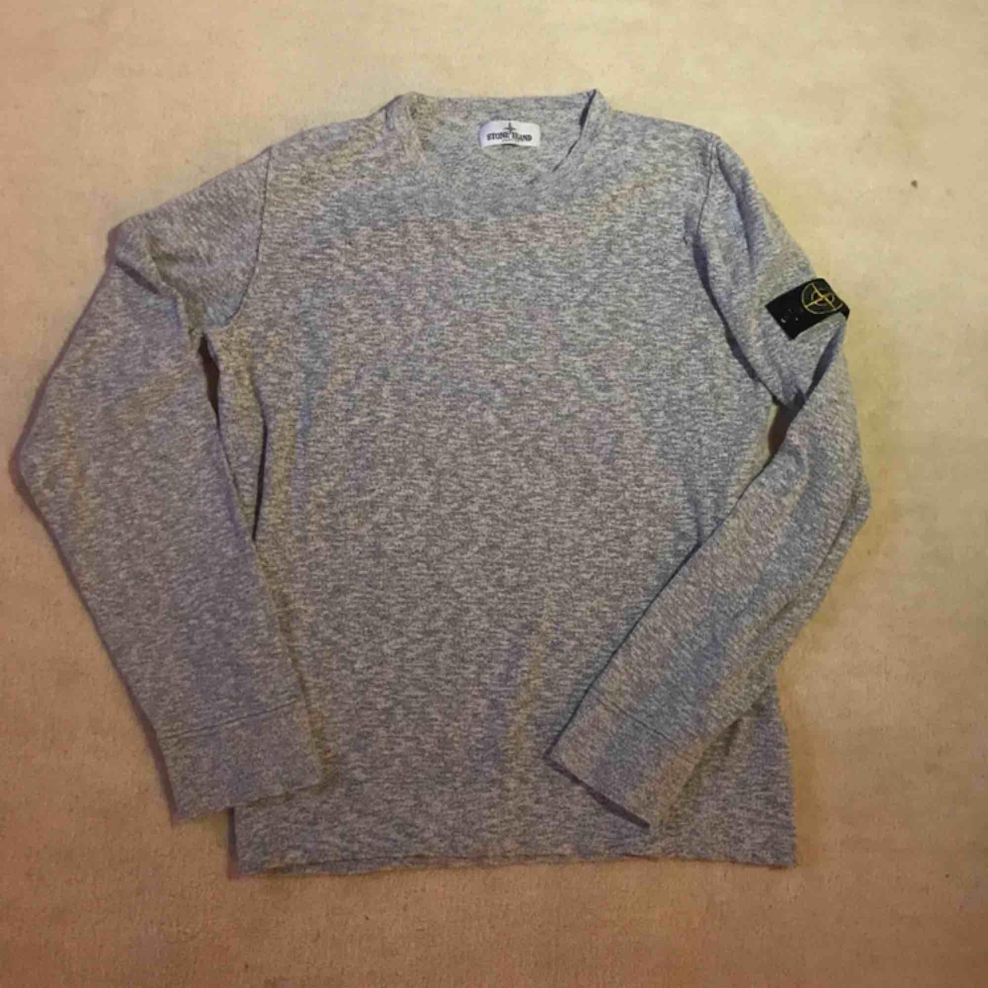 Stone Island Junior sweatshirt, grå. Cond: 8/10, måttligt använd. Storlek: 170, fits true. Tröjor & Koftor.