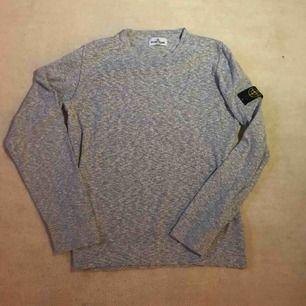 Stone Island Junior sweatshirt, grå. Cond: 8/10, måttligt använd. Storlek: 170, fits true