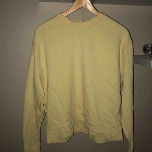 Superskön ljusgul sweater från weekday säljes pga kommer tyvärr inte till användning :( 200kr + frakt!✨