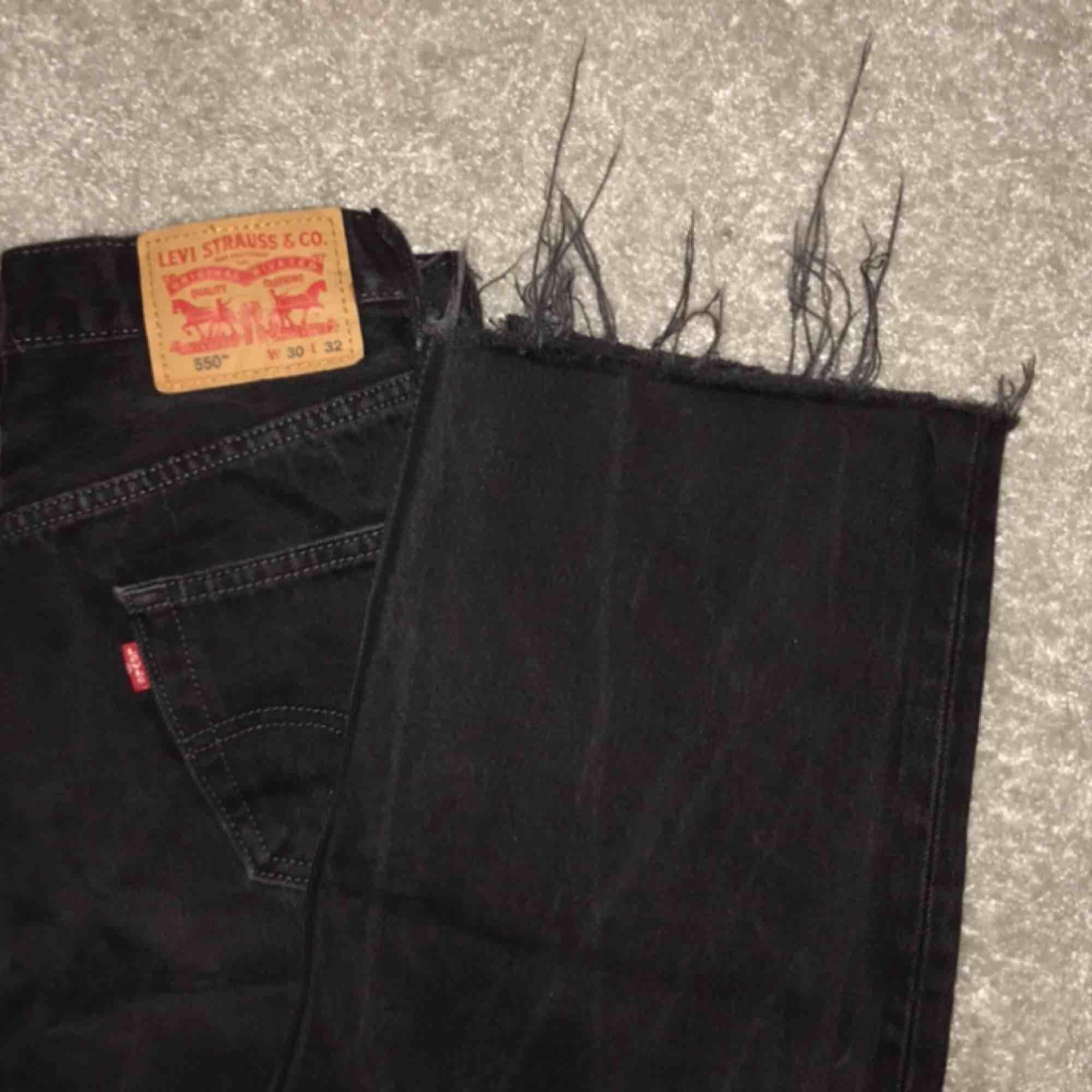 Supersnygga jeans från Levis, W:30 L:32, slitna längst ner. Nästan aldrig använda🦋💞. Jeans & Byxor.